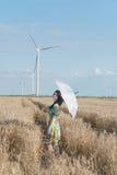 Όμορφη γυναίκα με την ομπρέλα στη σίκαλη Στοκ Φωτογραφίες