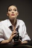 Όμορφη γυναίκα με την παλαιά φωτογραφική μηχανή στοκ φωτογραφία με δικαίωμα ελεύθερης χρήσης