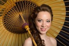 Όμορφη γυναίκα με την παραδοσιακή ιαπωνική ομπρέλα Στοκ Φωτογραφία