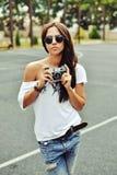 Όμορφη γυναίκα με την παλαιά φωτογραφική μηχανή Στοκ φωτογραφίες με δικαίωμα ελεύθερης χρήσης