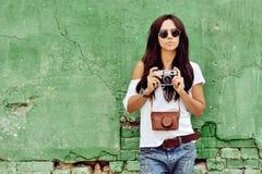 Όμορφη γυναίκα με την παλαιά φωτογραφική μηχανή Στοκ Φωτογραφία