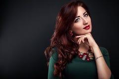 Όμορφη γυναίκα με την τέλεια σύνθεση και το μανικιούρ που φορά τα κοσμήματα στοκ φωτογραφία