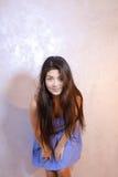 Όμορφη γυναίκα με την τοποθέτηση χαμόγελου στη κάμερα, που στέκεται στο υπόβαθρο Στοκ Εικόνα