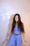 Όμορφη γυναίκα με την τοποθέτηση χαμόγελου στη κάμερα, που στέκεται στο υπόβαθρο Στοκ Εικόνες