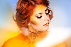 Όμορφη γυναίκα με την όμορφη σύνθεση φαντασίας Στοκ φωτογραφία με δικαίωμα ελεύθερης χρήσης