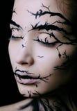 Όμορφη γυναίκα με τη δημιουργική σύνθεση δέντρων αποκριών σύνθεσης Στοκ εικόνες με δικαίωμα ελεύθερης χρήσης