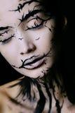 Όμορφη γυναίκα με τη δημιουργική σύνθεση δέντρων αποκριών σύνθεσης Στοκ Φωτογραφίες