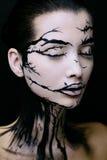 Όμορφη γυναίκα με τη δημιουργική σύνθεση δέντρων αποκριών σύνθεσης Στοκ Εικόνα