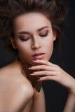 Όμορφη γυναίκα με τη δημιουργική σύνθεση και hairstyle Στοκ Εικόνες