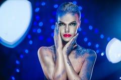 Όμορφη γυναίκα με τη δημιουργική φωτεινή σύνθεση Στοκ Εικόνες