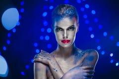 Όμορφη γυναίκα με τη δημιουργική φωτεινή σύνθεση Στοκ Φωτογραφίες