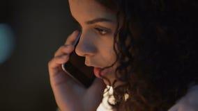 Όμορφη γυναίκα με τη θλίψη στα μάτια που μιλούν στο τηλέφωνο, αποσύνθεση, απογοήτευση απόθεμα βίντεο