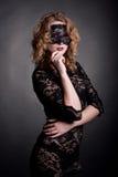Όμορφη γυναίκα με τη μάσκα δαντελλών Στοκ φωτογραφία με δικαίωμα ελεύθερης χρήσης