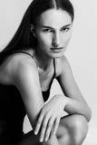 Όμορφη γυναίκα με τη μακρυμάλλη εξέταση τη κάμερα Στοκ φωτογραφίες με δικαίωμα ελεύθερης χρήσης