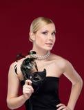 Όμορφη γυναίκα με τη μαύρη μάσκα μεταμφιέσεων Στοκ εικόνα με δικαίωμα ελεύθερης χρήσης