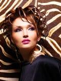 Όμορφη γυναίκα με τη μόδα hairstyle και τη γοητεία makeup στοκ φωτογραφία