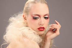 Όμορφη γυναίκα με τη μόδα hairstyle και τη γοητεία makeup στοκ φωτογραφία με δικαίωμα ελεύθερης χρήσης