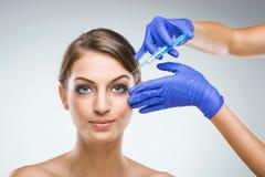 Όμορφη γυναίκα με τη πλαστική χειρουργική, πλαστικά χέρια χειρούργων στοκ φωτογραφία με δικαίωμα ελεύθερης χρήσης