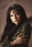 Όμορφη γυναίκα με τη σύνθεση μόδας και hairstyle όπως την αιγυπτιακή πριγκήπισσα Κλεοπάτρα υπαίθρια ενάντια στην έρημο Στοκ φωτογραφίες με δικαίωμα ελεύθερης χρήσης