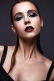 Όμορφη γυναίκα με τη φωτεινή δημιουργική σύνθεση Πρότυπο με τις πλεξούδες και το marsala χειλικού χρώματος στοκ εικόνες