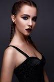 Όμορφη γυναίκα με τη φωτεινή δημιουργική σύνθεση Πρότυπο με τις πλεξούδες και το marsala χειλικού χρώματος στοκ φωτογραφίες