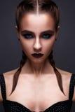 Όμορφη γυναίκα με τη φωτεινή δημιουργική σύνθεση Πρότυπο με τις πλεξούδες και το marsala χειλικού χρώματος Στοκ Εικόνα