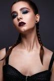 Όμορφη γυναίκα με τη φωτεινή δημιουργική σύνθεση Πρότυπο με τις πλεξούδες και το marsala χειλικού χρώματος στοκ εικόνα με δικαίωμα ελεύθερης χρήσης