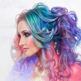 Όμορφη γυναίκα με τη φωτεινή τρίχα Φωτεινό χρώμα τρίχας, hairstyle με τις μπούκλες στοκ εικόνα