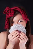 Όμορφη γυναίκα με τις κάρτες παιχνιδιού στα χέρια στοκ εικόνες