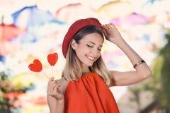Όμορφη γυναίκα με τις καραμέλες στοκ εικόνα με δικαίωμα ελεύθερης χρήσης