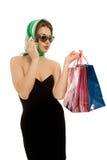 Όμορφη γυναίκα με τις τσάντες αγορών που καλούν τηλεφωνικώς απομονωμένες Στοκ Εικόνα