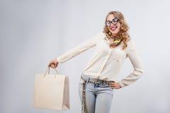 Όμορφη γυναίκα με τις τσάντες αγορών Χειρονομίες για τη διαφήμιση Στοκ Εικόνες