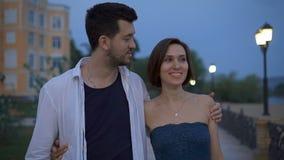 Όμορφη γυναίκα με τον άνδρα που περπατά την οδό από κοινού απόθεμα βίντεο