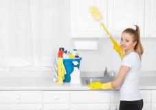 Όμορφη γυναίκα με τον κάδο του καθαρισμού των προμηθειών Στοκ φωτογραφία με δικαίωμα ελεύθερης χρήσης