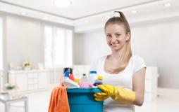 Όμορφη γυναίκα με τον κάδο του καθαρισμού suppliesf των καθαρίζοντας προμηθειών Στοκ εικόνα με δικαίωμα ελεύθερης χρήσης
