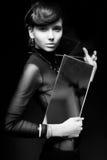 Όμορφη γυναίκα με τον καθρέφτη που εξετάζει τη κάμερα Στοκ Εικόνα