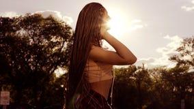 Όμορφη γυναίκα με τους φόβους που ορίζουν την τρίχα και που τινάζουν το κεφάλι της στον ήλιο Ευτυχές ήρεμο ελκυστικό κορίτσι με τ φιλμ μικρού μήκους
