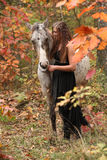 Όμορφη γυναίκα με το άλογο appaloosa το φθινόπωρο Στοκ Φωτογραφίες
