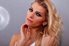 Όμορφη γυναίκα με το βράδυ makeup Στοκ Φωτογραφία
