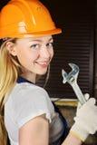 Όμορφη γυναίκα με το γαλλικό κλειδί Στοκ εικόνα με δικαίωμα ελεύθερης χρήσης