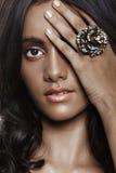Όμορφη γυναίκα με το δαχτυλίδι λουλουδιών. Στοκ Φωτογραφίες