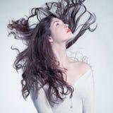 Όμορφη γυναίκα με το θαυμάσιο τρίχωμα Στοκ Φωτογραφίες