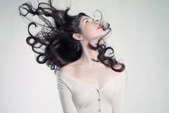 Όμορφη γυναίκα με το θαυμάσιο τρίχωμα Στοκ φωτογραφία με δικαίωμα ελεύθερης χρήσης