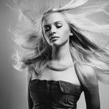 Όμορφη γυναίκα με το θαυμάσιο τρίχωμα στοκ εικόνες με δικαίωμα ελεύθερης χρήσης