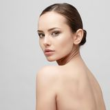 Όμορφη γυναίκα με το καθαρό φρέσκο δέρμα Στοκ φωτογραφία με δικαίωμα ελεύθερης χρήσης