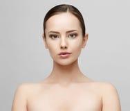 Όμορφη γυναίκα με το καθαρό φρέσκο δέρμα Στοκ Εικόνες