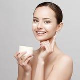 Όμορφη γυναίκα με το καθαρό φρέσκο δέρμα Στοκ εικόνα με δικαίωμα ελεύθερης χρήσης