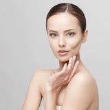 Όμορφη γυναίκα με το καθαρό φρέσκο δέρμα Στοκ εικόνες με δικαίωμα ελεύθερης χρήσης
