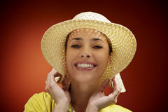 Όμορφη γυναίκα με το καπέλο αχύρου που χαμογελά στη κάμερα στοκ εικόνα με δικαίωμα ελεύθερης χρήσης