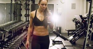 Όμορφη γυναίκα με το κατάλληλο περπάτημα σωμάτων στη γυμναστική ικανότητας απόθεμα βίντεο
